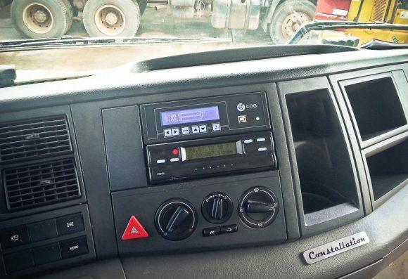 Inclinometro basculante MSO COG Vibracon instalado no painel do caminhão