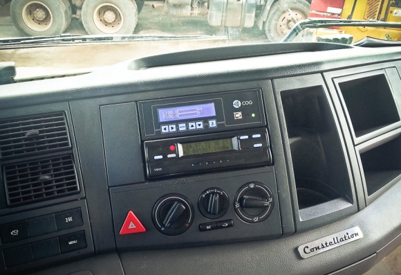 Inclinometro MSO COG Vibracon instalado no painel de um caminhão basculante