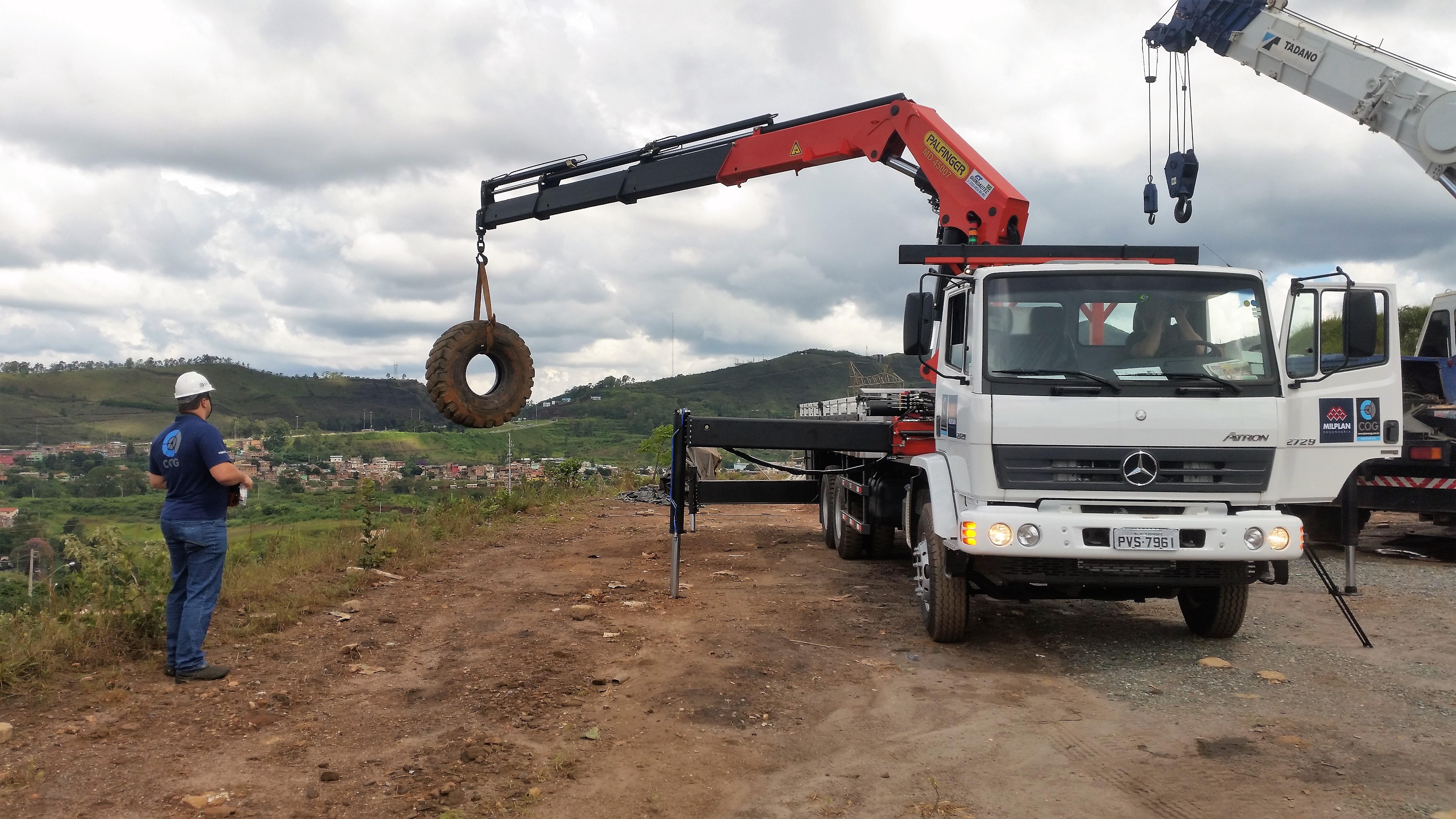 Caminhão munck com limitador de carga COG Limit e controle remoto