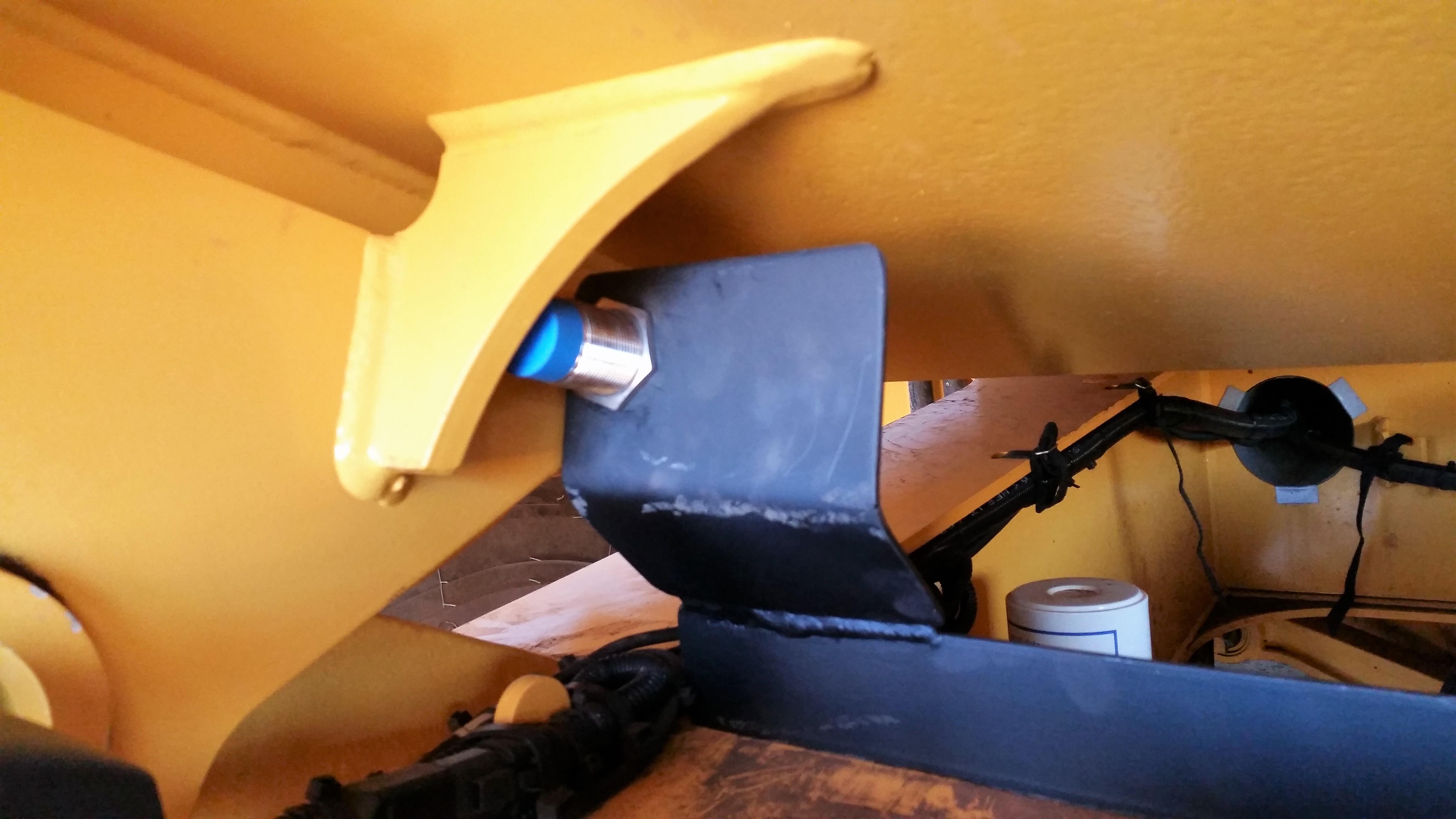 Sensor de bascula alta instalado em caminhão fora de estrada com o inclinômetro COG MSO Basculante Vibracon